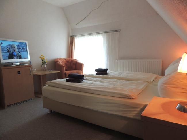Doppelzimmer 8 mit Bett und TV
