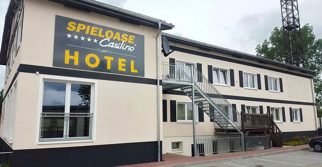 Außenansicht vom Hotel mit Treppenaufgängen und Parkplätzen