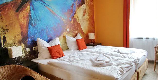 Doppelbettzimmer mit Nachtschränken, Nachttischlampen, 2 Stühlen
