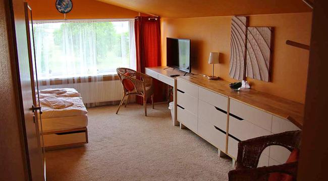 Doppelbettzimmer  im Dachgeschoss mit Kommoden, Schreibtisch, TV, 2 Stühlen