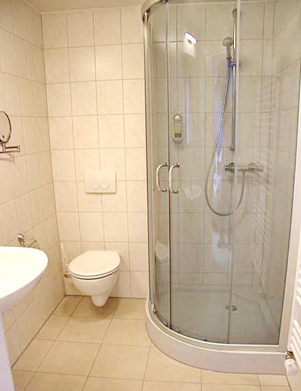 Doppelbettzimmer mit Runddusche, Handtuchwärmer, WC, Kosmetikspiegel, Waschbecken