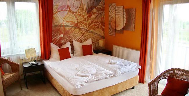 französisches Doppelbettzimmer mit 2 Fenstern, Nachtschränken, Nachttischlampen, 2 Stühlen