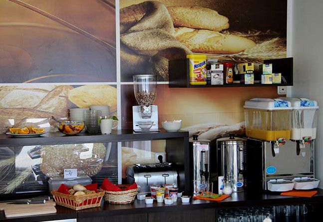 Frühstücksbuffet mit Brötchen, Müsli, Saft, Kaffee, Tee, Obst...