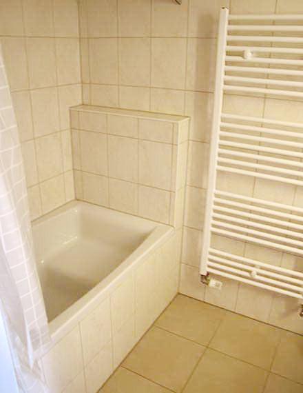 Zweibettzimmer mit Badewanne und Handtuchwärmer
