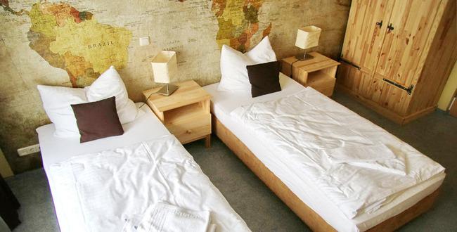 Zweibettzimmer mit Einzelbetten, Nachtschränken, Nachttischlampen, Kleiderschrank