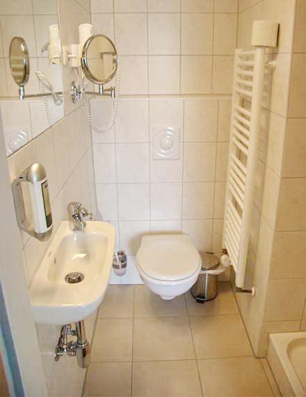 Zweibettzimmer - Badezimmer mit Dusche, WC, Handtuchwärmer, Haartrockner, Kosmetikspiegel