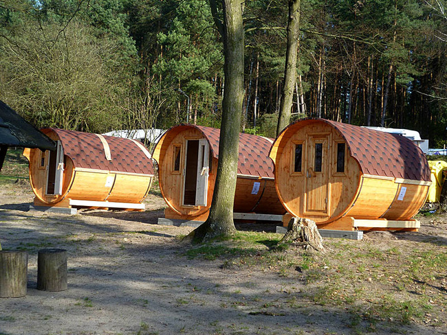 Schlaffässer auf dem Campingplatz
