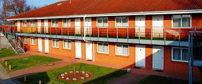 Außenansicht unseres Hauses im Kalifornia-Motel-Stil mit von außen begehbaren Zimmern