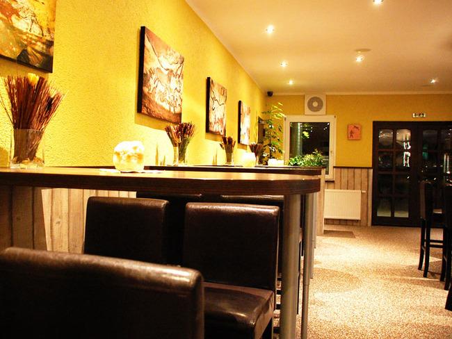 Bar und Loungebereich mit Tischen und Stühlen