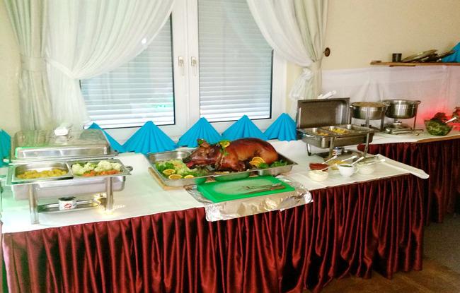 Buffet mit warmen Speisen und Spanferkel