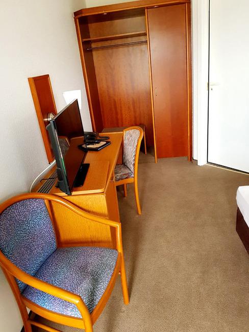 Doppelzimmer mit Bett, Schreibtisch, Telefon, TV und 2 Stühlen
