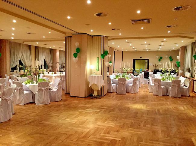 Veranstaltungssaal mit festlich gedeckten Tisch für eine Hochzeitsfeier