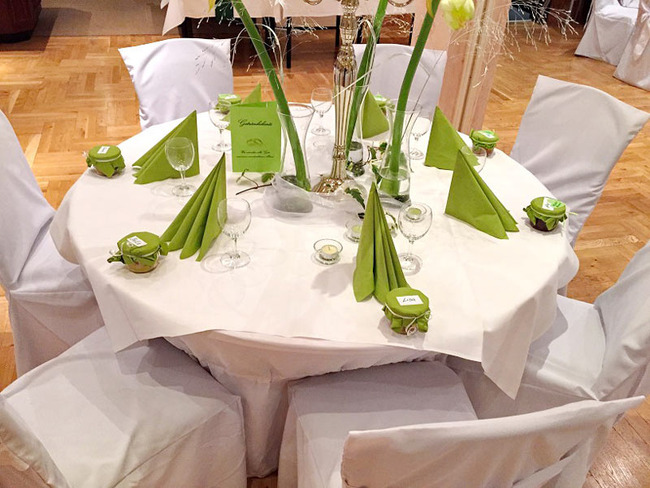 festlich gedeckter Hochzeitstisch im Saal