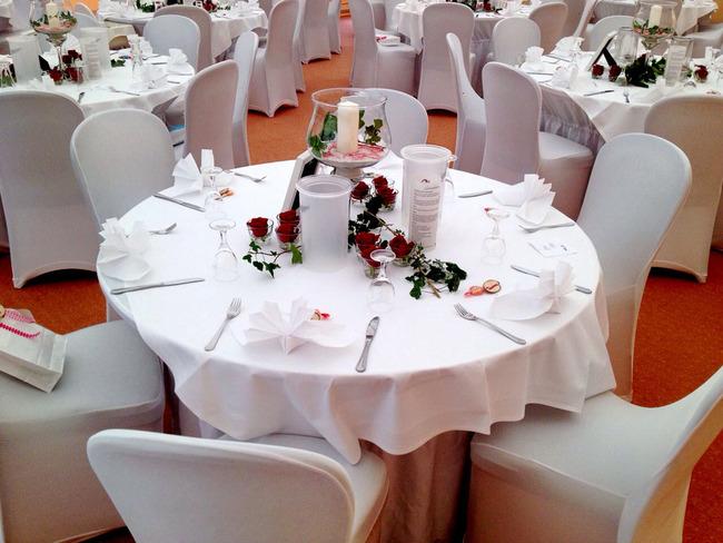 Saal mit festlich gedeckten Tischen für eine Feier im Casilino Hotel Rostocker Tor