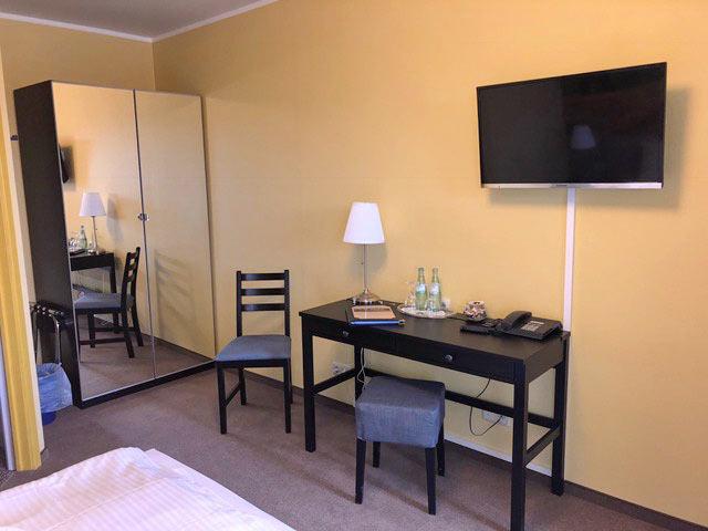 Zimmer mit Doppelbett, Schreibtisch, TV, Telefon, Kleiderschrank
