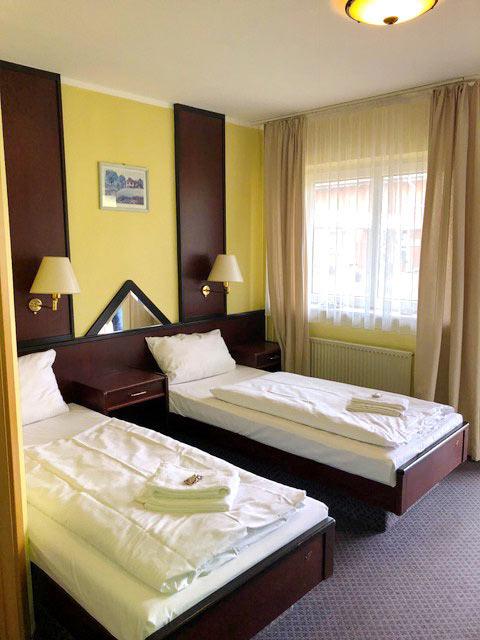 Doppelzimmer mit 2 Einzelbetten, Nachtschränken, TV,