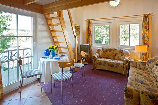 Ferienwohnung für 2-4 Personen: Wohnraum mit Kochzeile und Schlafboden