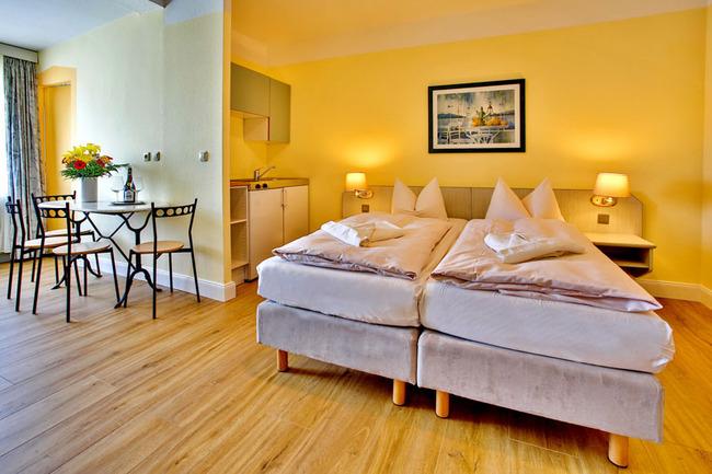 Appartement mit Doppelbett und kleiner Küchenecke