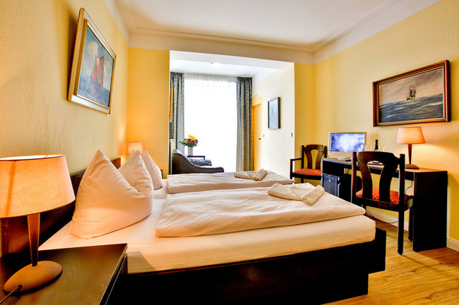 Doppelzimmer A mit Bett und Schreibtisch