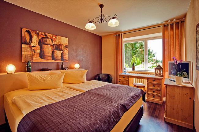 Doppelzimmer mit Bett & Schreibtisch