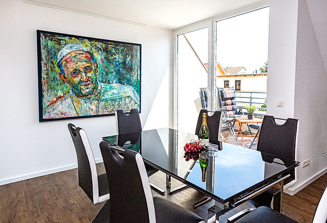 Fewo Meersinn - Wohnraum mit Esstisch und Balkon