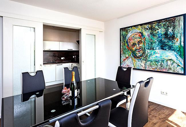 Fewo Meersinn - Wohnraum mit Esstisch und Küche