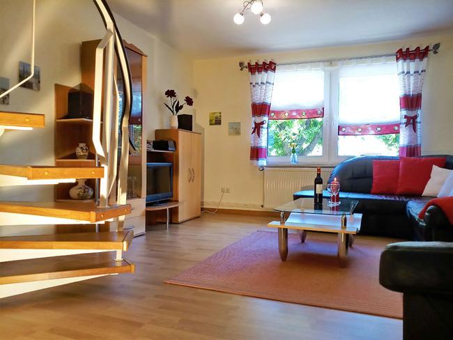 Wohnzimmer mit Treppe ins Obergeschoss