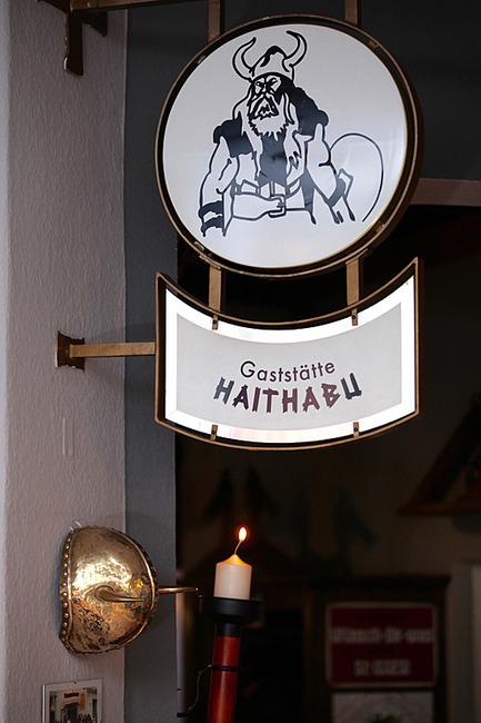 Schild mit Logo vom Restaurant