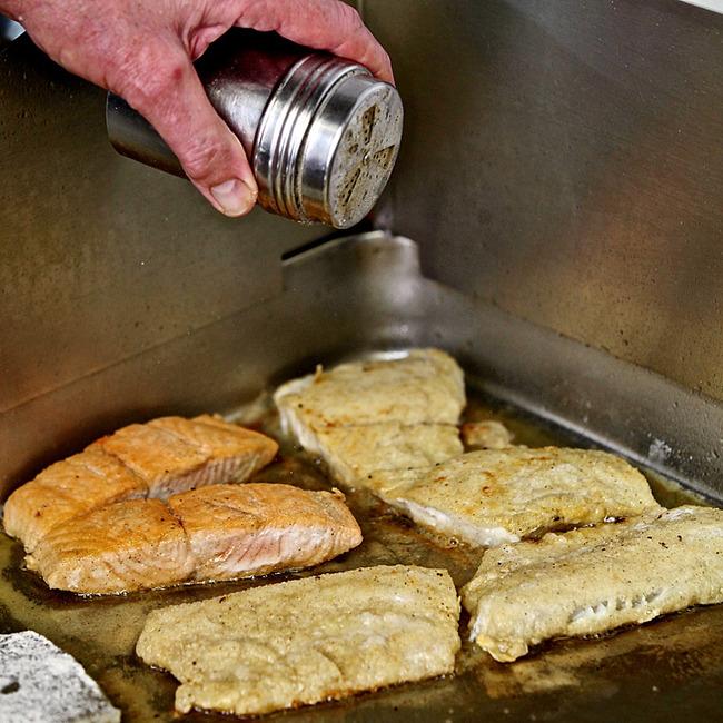 Fisch wird frisch zubereitet
