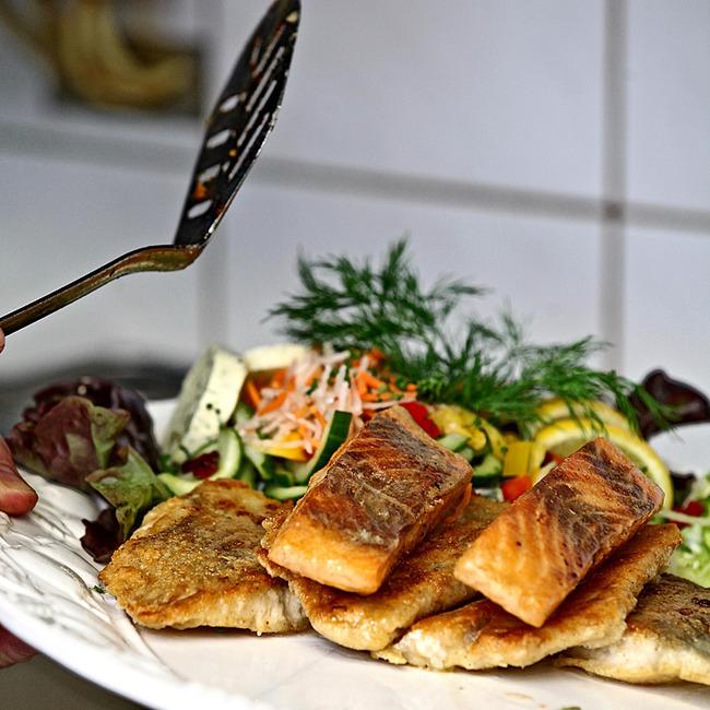 Fischgericht mit Salat