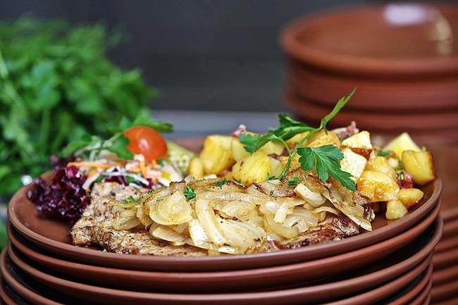 Schnitzel mit Bartkartoffeln und Salat
