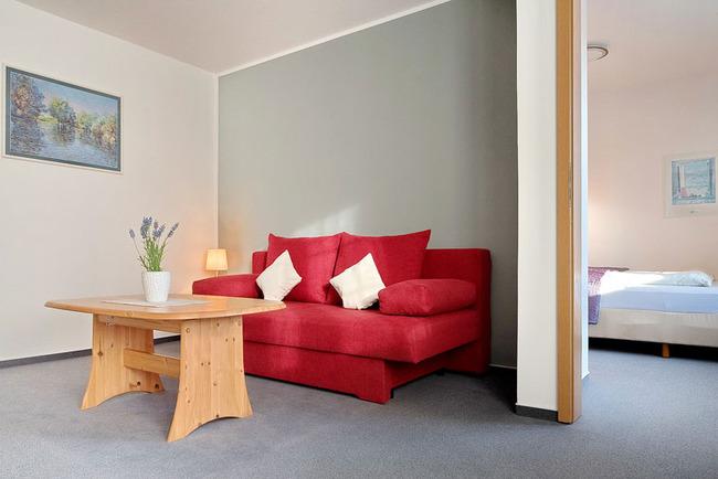 Zimmeransicht mit Blick in Schlafzimmer
