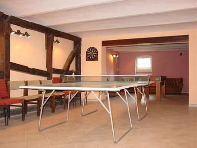 Tischtennisplatte im Sportraum