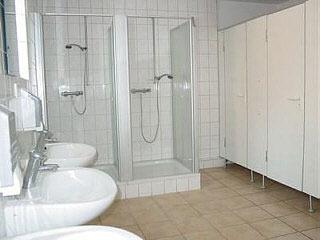 Waschraum mit Dusche und Toiletten