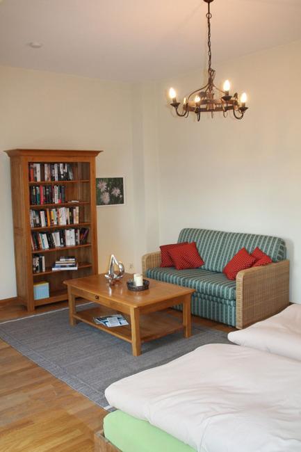 Couchecke und Bücherregal im Schlafzimmer