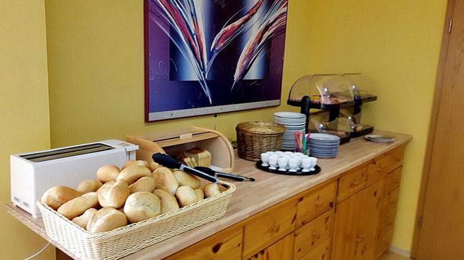 Frühstücksbufett mit Käse, Wurst, frischen Eier, Brot und Brötchen