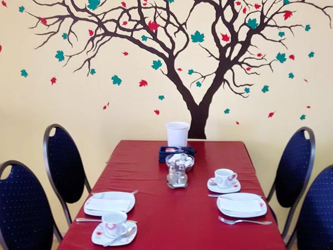 gedeckter Tisch mit 4 Plätzen in unserem Frühstücksraum