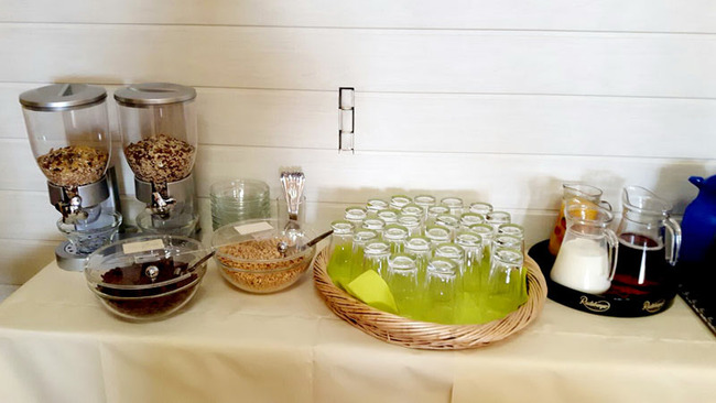 Frühstücksbufett mit einer Auswahl an Müsli und Getränken