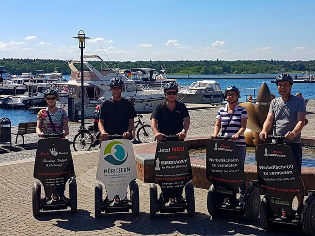 Teilnehmer mit dem Segway am Hafen in Waren (Müritz)