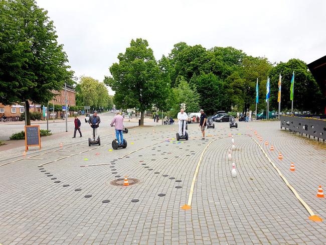 Teilnehmer trainieren auf einem Segway-Parcour