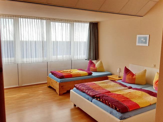 helles Zimmer mit Twinbetten und Einzelbett