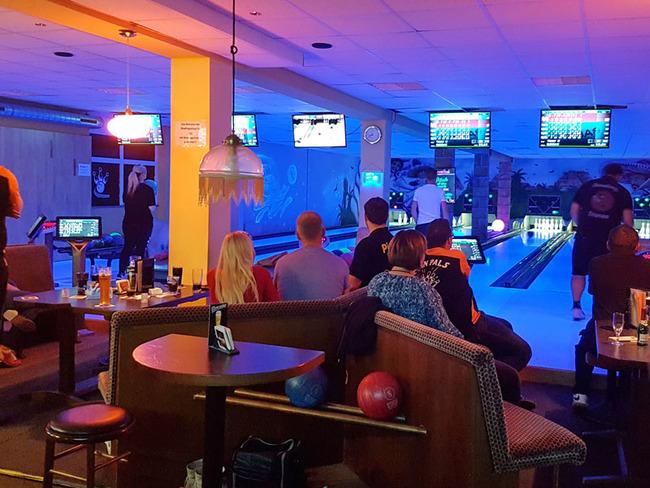 Speedy Bowling mit 6 Bahnen und rustikaler Einrichtung