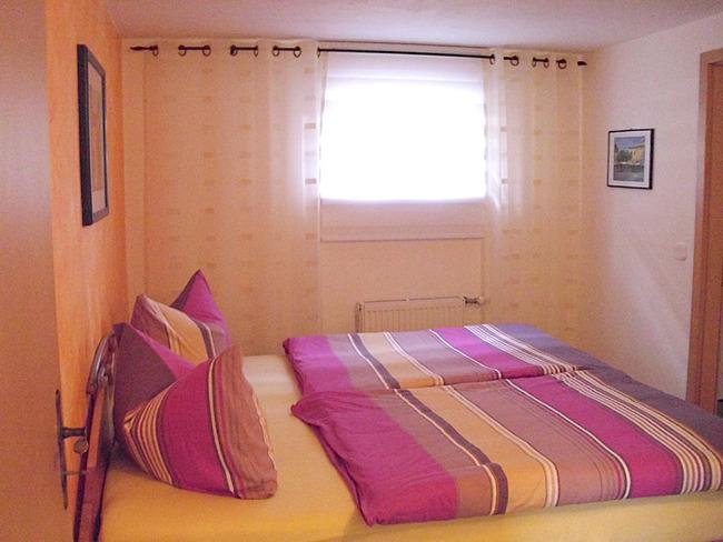 Fewo 2 - Schlafzimmer mit Doppelbett