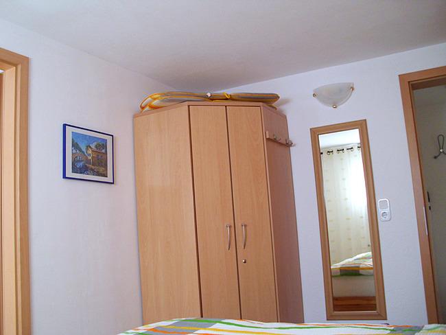 Fewo 2 - Schlafzimmer mit Schrank