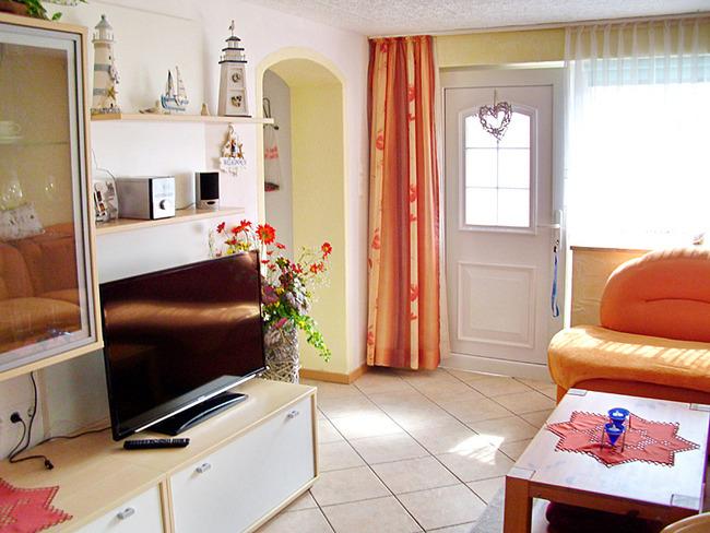 Fewo 2 - Wohnraum mit Couch und TV