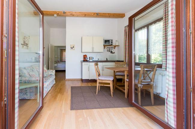 Doppelzimmer 16 - Blick vom Balkon ins Wohnzimmer