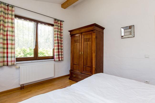 Doppelzimmer 16 - Schlafraum mit Schrank und Bett