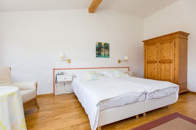 Doppelzimmer 11 - mit Doppelbett, Sitzecke und Schrank