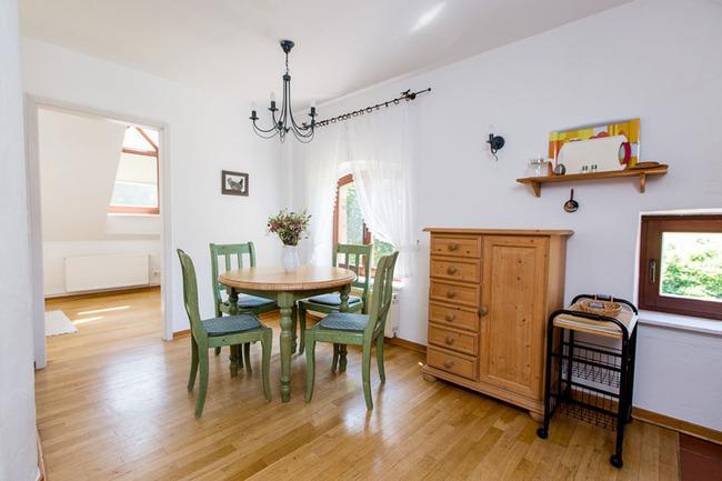 Appartement 6 - runder Esstisch für 4 Personen
