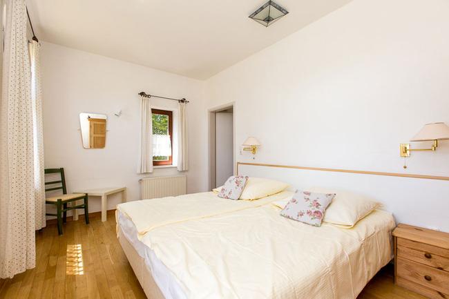 Appartement 4 - Schlafzimmer mit großem Doppelbett